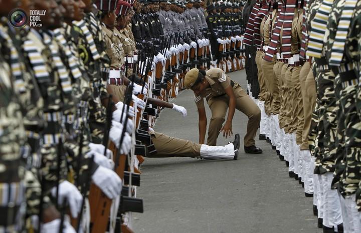 Фото солдат почетного караула падающих в обморок (4)