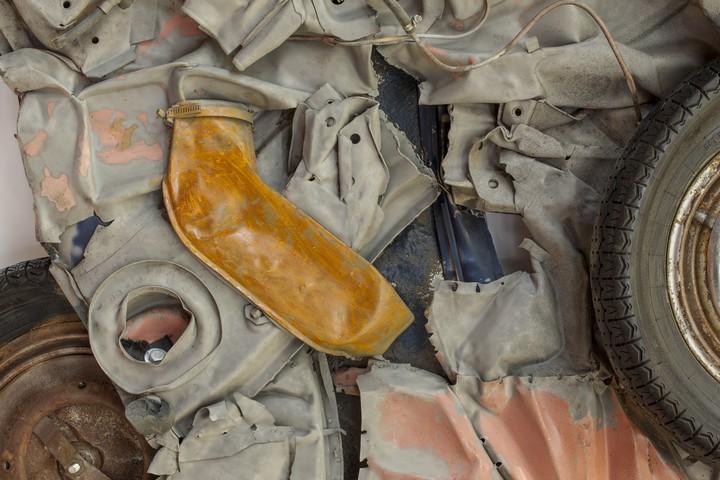 Спрессованные, раздавленные старые машины как искусство (31)