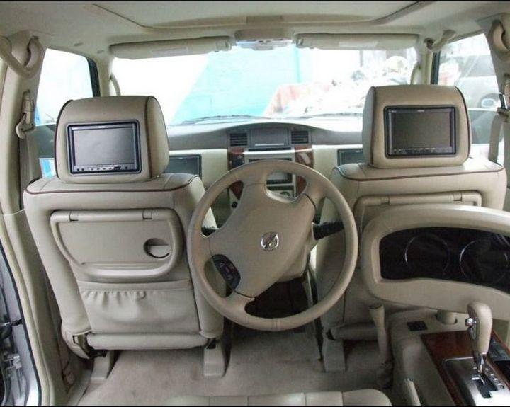 Машина с рулем на заднем сиденье (2)