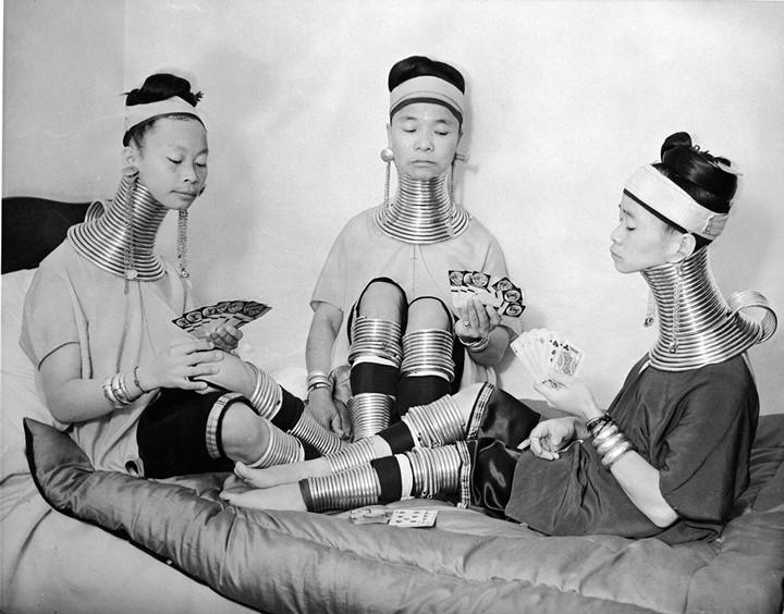 Девушки с длинными шеями из племени Падаунгов в Лондоне (3)