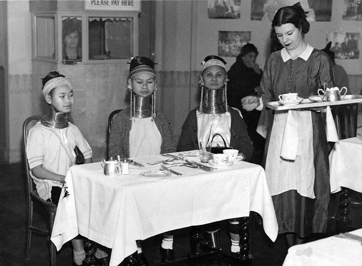 Девушки с длинными шеями из племени Падаунгов в Лондоне (2)
