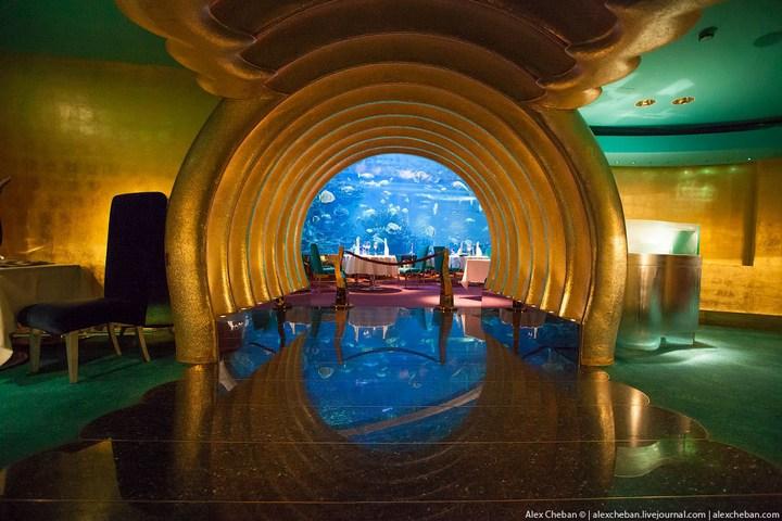 Необычный ресторан-аквариум в отеле «Бурж Аль Араб» (1)