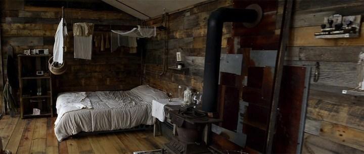 Дом в лесу из старых досок и окон (3)