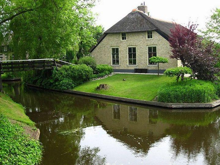 Живописная деревня Гитхорн в Нидерландах где нет дорог (18)