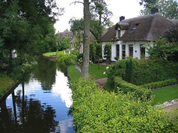 Живописная деревня Гитхорн в Нидерландах где нет дорог (16)