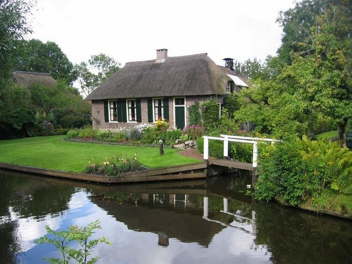 Живописная деревня Гитхорн в Нидерландах где нет дорог (15)