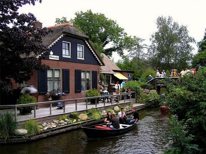Живописная деревня Гитхорн в Нидерландах где нет дорог (12)