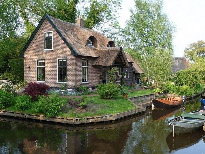 Живописная деревня Гитхорн в Нидерландах где нет дорог (8)