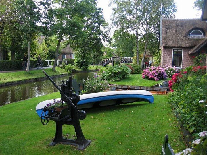 Живописная деревня Гитхорн в Нидерландах где нет дорог (7)