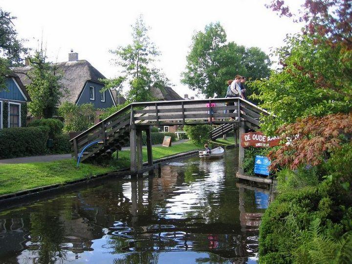 Живописная деревня Гитхорн в Нидерландах где нет дорог (6)