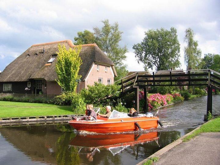 Живописная деревня Гитхорн в Нидерландах где нет дорог (4)