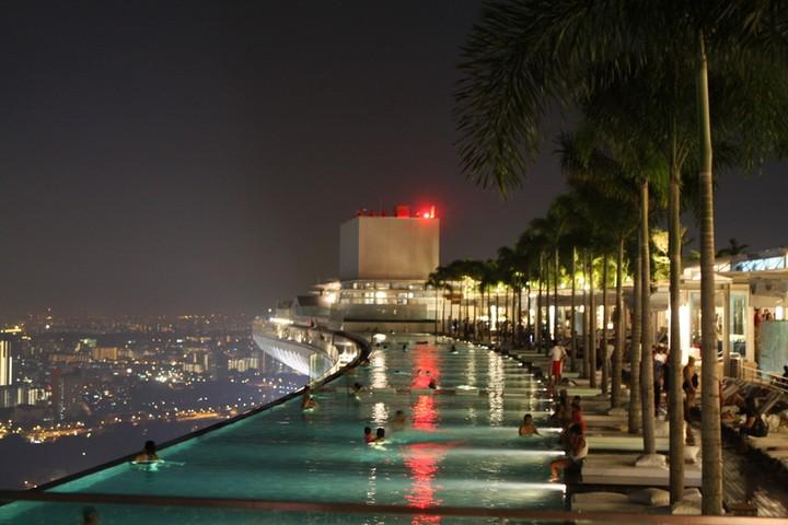 Бассейн на 57-м этаже отеля, для любителей острых ощущений, с великолепным видом на город. Сингапур.