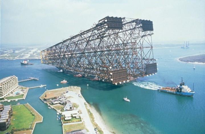Транспортировка огромной нефтяной вышки на корабле