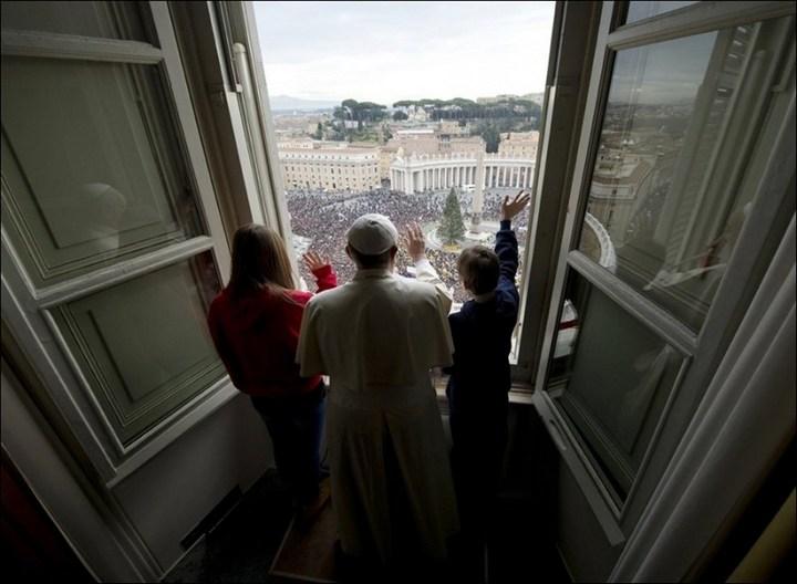 Необычный случай с белыми голубями мира Папы Римского Франциска (5)