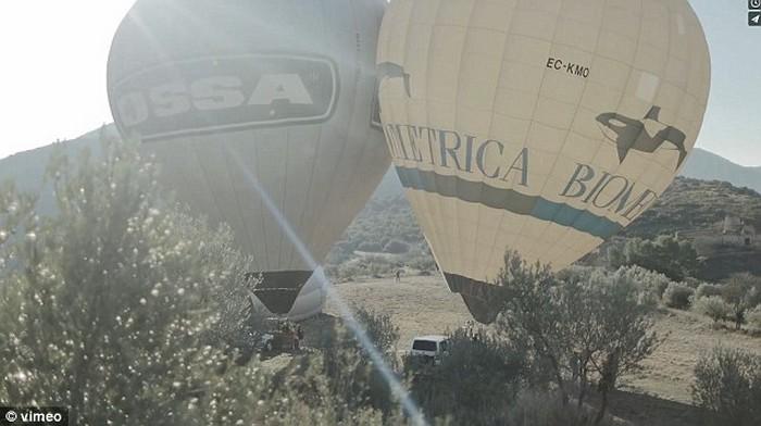 Ходьба по канату на большой высоте, по канату натянутым между воздушных шаров (3)