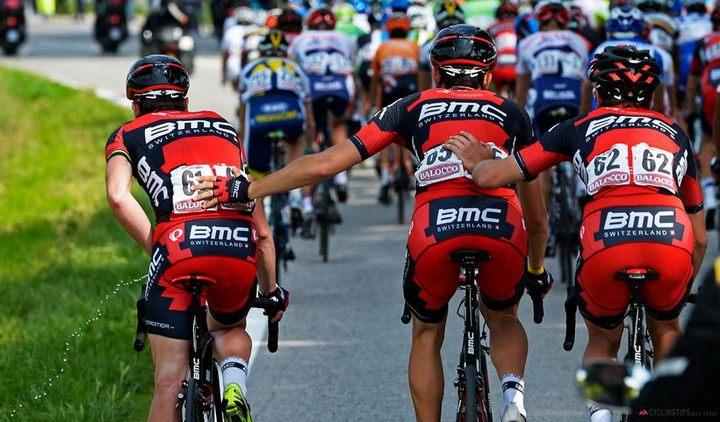 Фото велогонщика который справляет нужду прямо на ходу