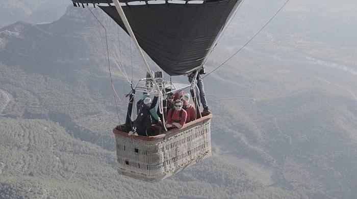 Ходьба по канату на большой высоте, по канату натянутым между воздушных шаров (4)