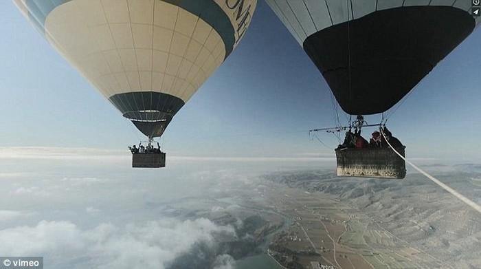 Ходьба по канату на большой высоте, по канату натянутым между воздушных шаров (5)