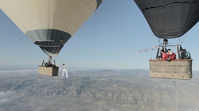 Ходьба по канату на большой высоте, по канату натянутым между воздушных шаров (6)