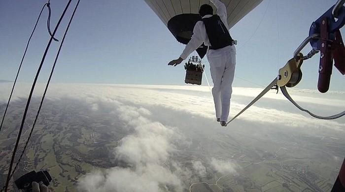 Ходьба по канату на большой высоте, по канату натянутым между воздушных шаров (7)