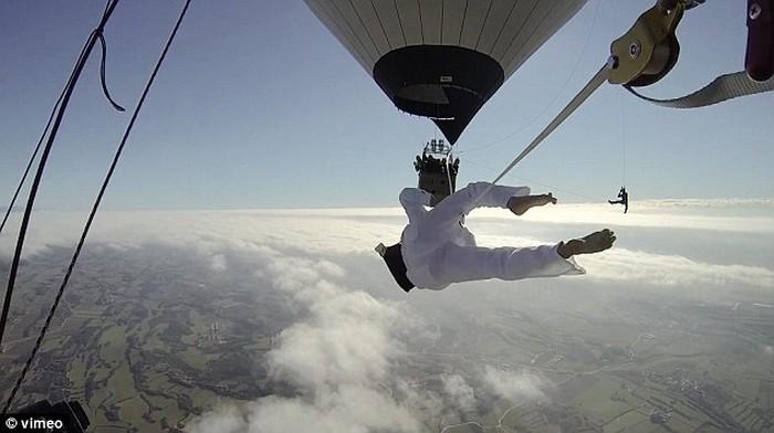 Ходьба по канату на большой высоте, по канату натянутым между воздушных шаров (8)