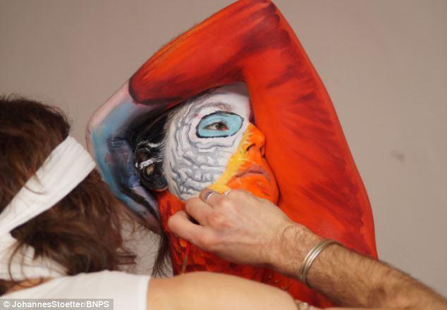 Тело женщины раскрашено в виде попугая, красивая иллюзия (2)