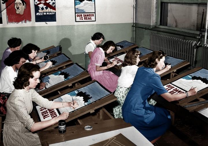Женщины рисуют вручную пропагандистские плакаты Второй мировой в Вашингтон Пост, Нью-Йорк, 1942