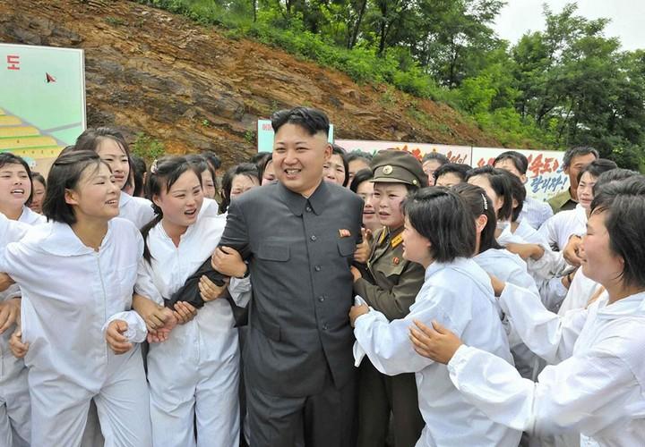 Ким Чен Ын и народное обожание (1)