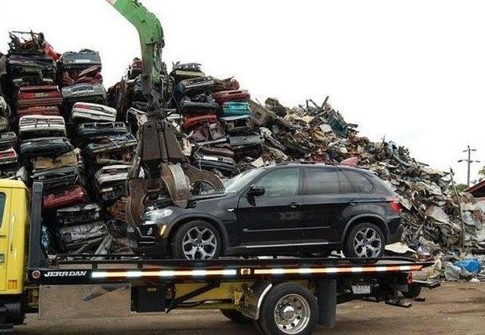 Превращение BMW X5 в груду металлолома (2)