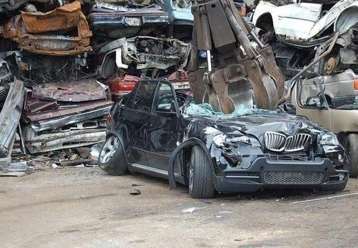 Превращение BMW X5 в груду металлолома (4)