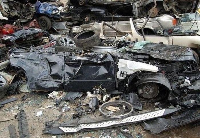 Превращение BMW X5 в груду металлолома (5)