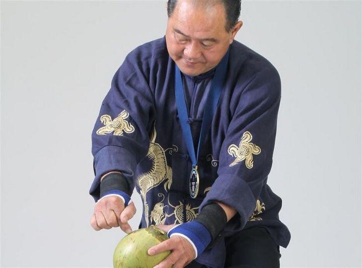 Китаец пробивает пальцем кокосовый орех (1)