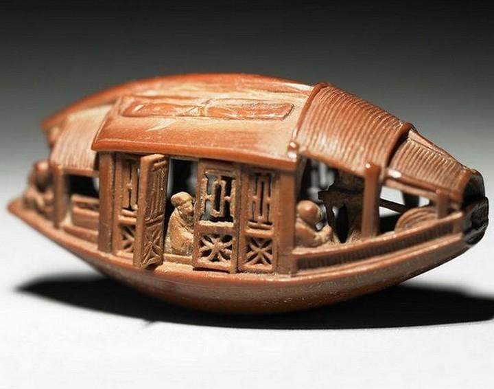 Миниатюрная скульптура из оливковой косточки (3)