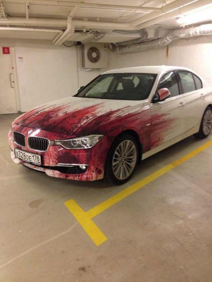 Кровавыйй рисунок на BMW (1)