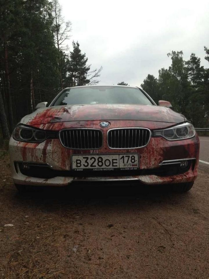 Кровавыйй рисунок на BMW (2)
