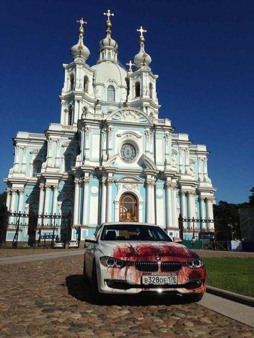 Кровавыйй рисунок на BMW (3)