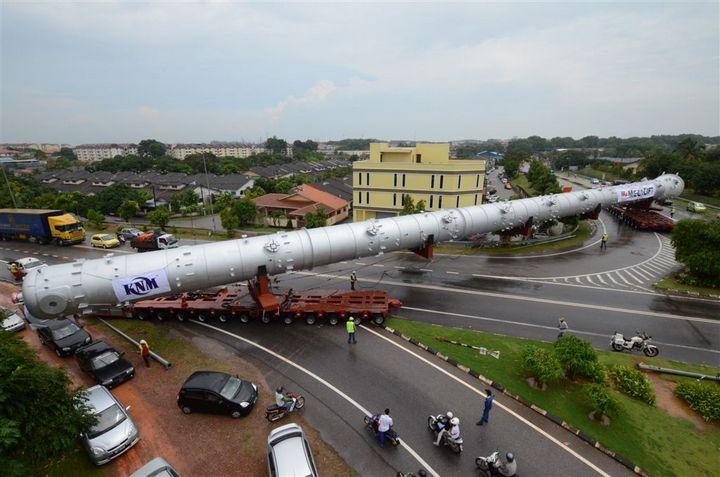 Компания Megalift занимается перевозками негабаритов. На фото транспортировка башни длиной почти 100 метров