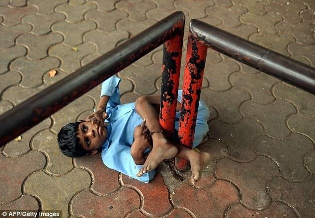 Индийская бабушка привязывает своего внука за ноги к автобусной остановке (1)