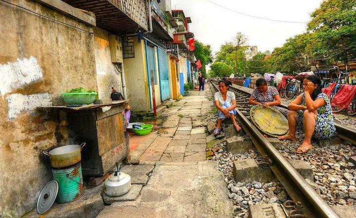Железнодорожная линия проходящая по улице в Ханое (4)