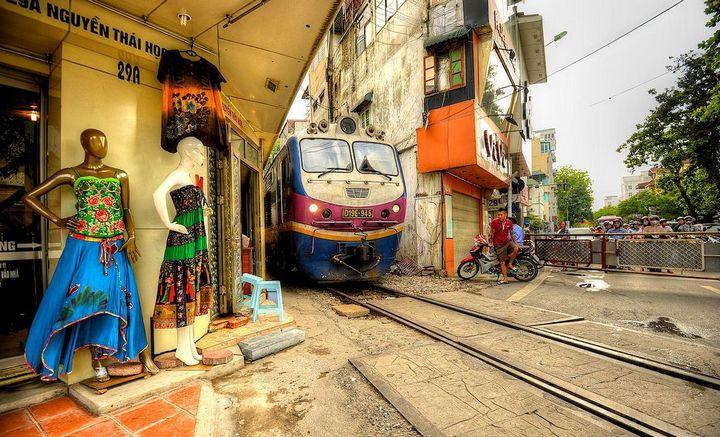 Железнодорожная линия проходящая по улице в Ханое (6)