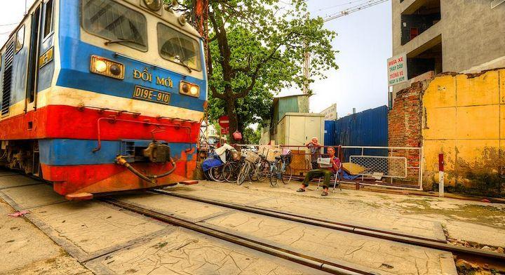 Железнодорожная линия проходящая по улице в Ханое (7)