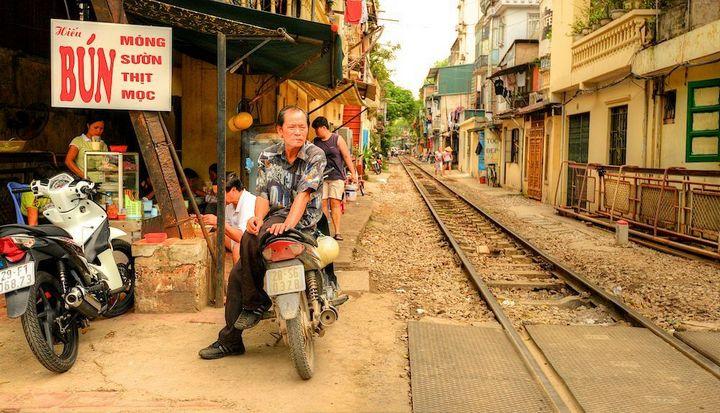 Железнодорожная линия проходящая по улице в Ханое (8)