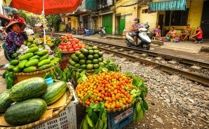 Железнодорожная линия проходящая по улице в Ханое (9)