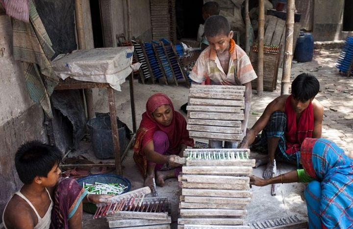 Как делают воздушные шары, Детский труд в Индии (11)