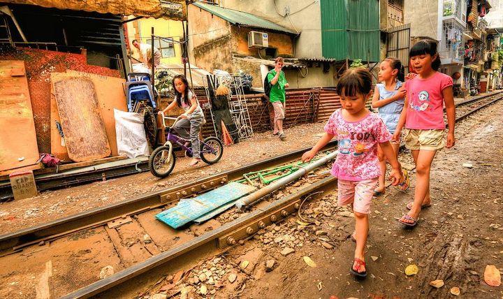 Железнодорожная линия проходящая по улице в Ханое (15)
