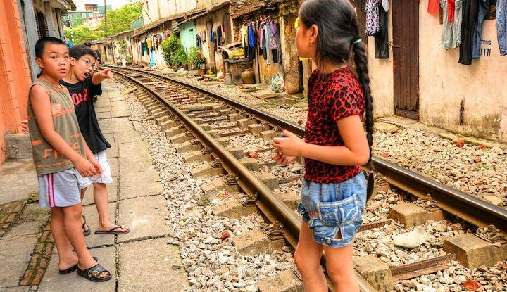 Железнодорожная линия проходящая по улице в Ханое (16)