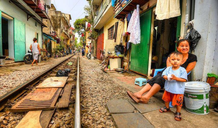 Железнодорожная линия проходящая по улице в Ханое (19)