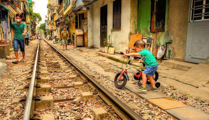 Железнодорожная линия проходящая по улице в Ханое (20)