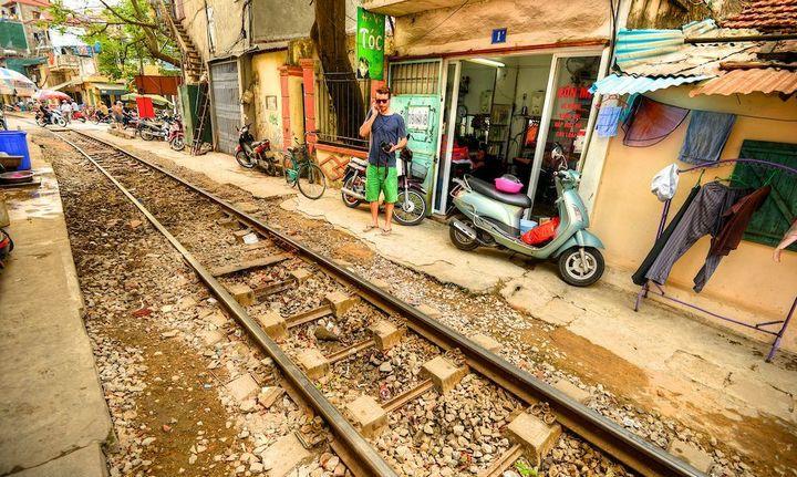 Железнодорожная линия проходящая по улице в Ханое (21)