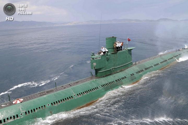 Ким Чен Ын прокатился на подводной лодке (2)